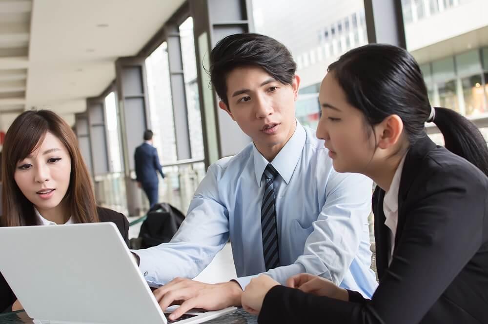 日本の労働生産性の課題を議論するイメージ