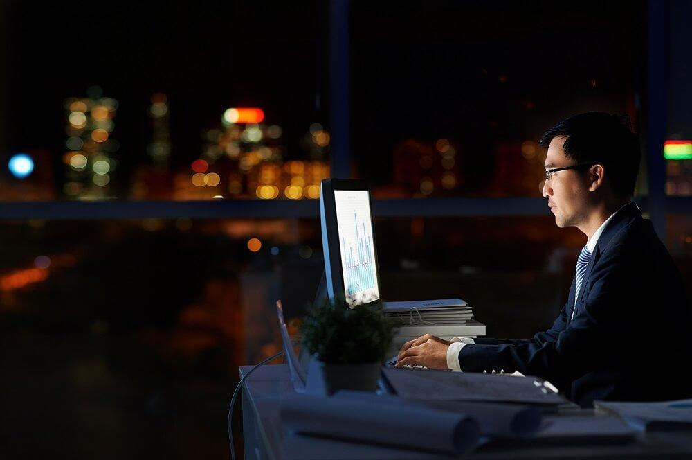 深夜まで労働する社員のイメージ