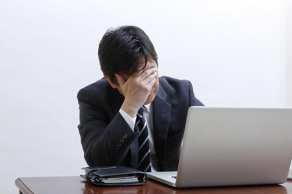 長時間労働で苦しむ社員のイメージ