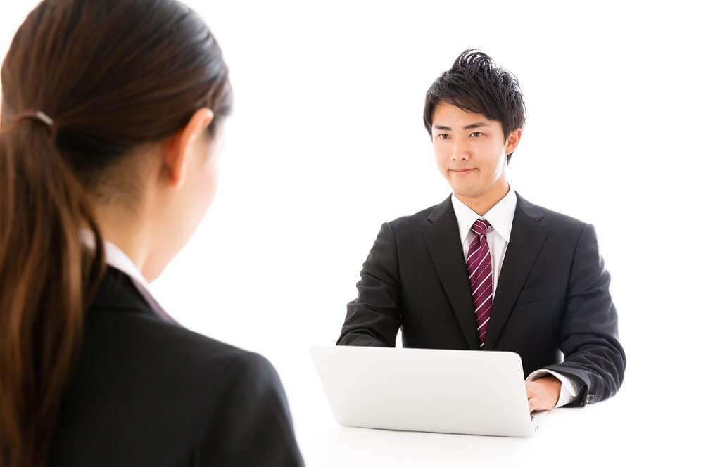 人事担当者が従業員をフォローするイメージ