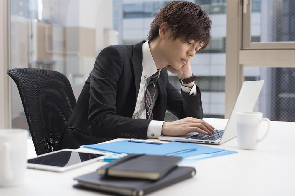 長時間労働によって過重労働になる社員のイメージ