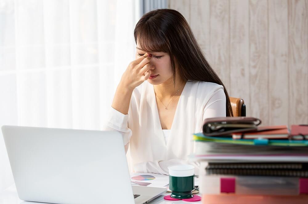過重労働によって疲労するイメージ