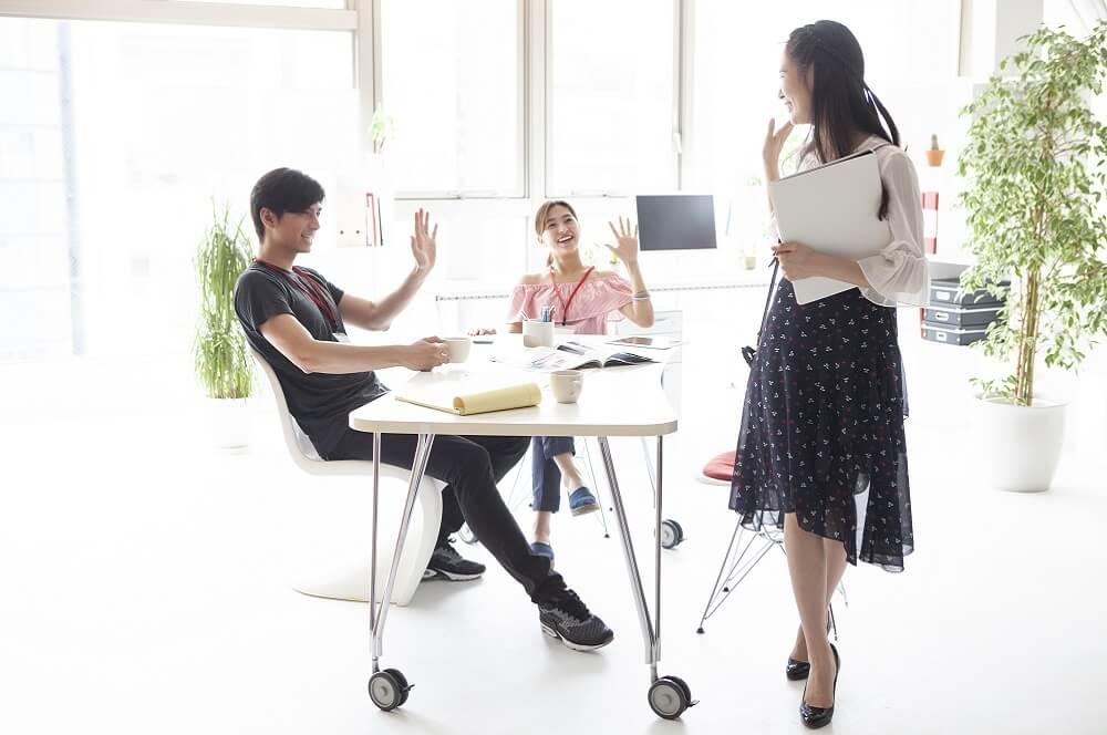 会社を辞めることを考えている社員のイメージ