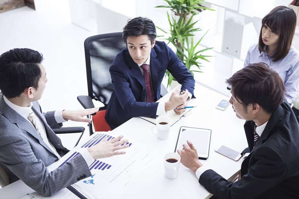 ミーティングで社員の退職の兆候や理由を議論するイメージ