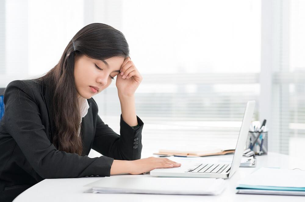 感情労働によって疲労する従業員のイメージ