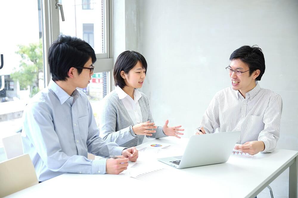 チームミーティングによって心理的負担を軽減するイメージ