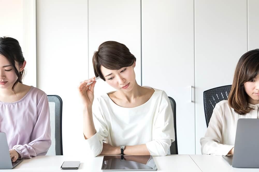 ハラスメントによって社員の生産性が低下するイメージ