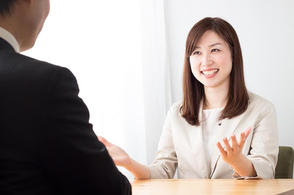 萎縮せず積極的に話す社員のイメージ