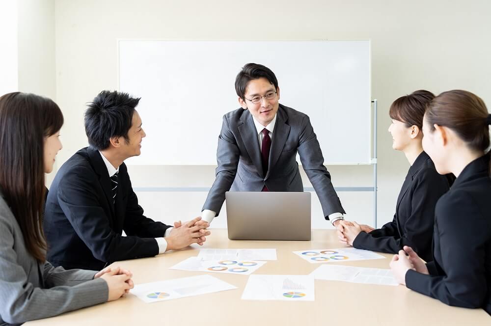 リーダーシップを発揮する社員のイメージ