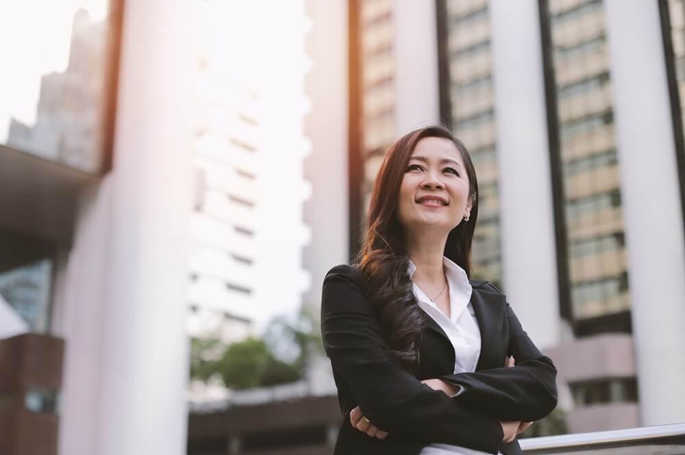リーダーシップとは何か考える社員のイメージ