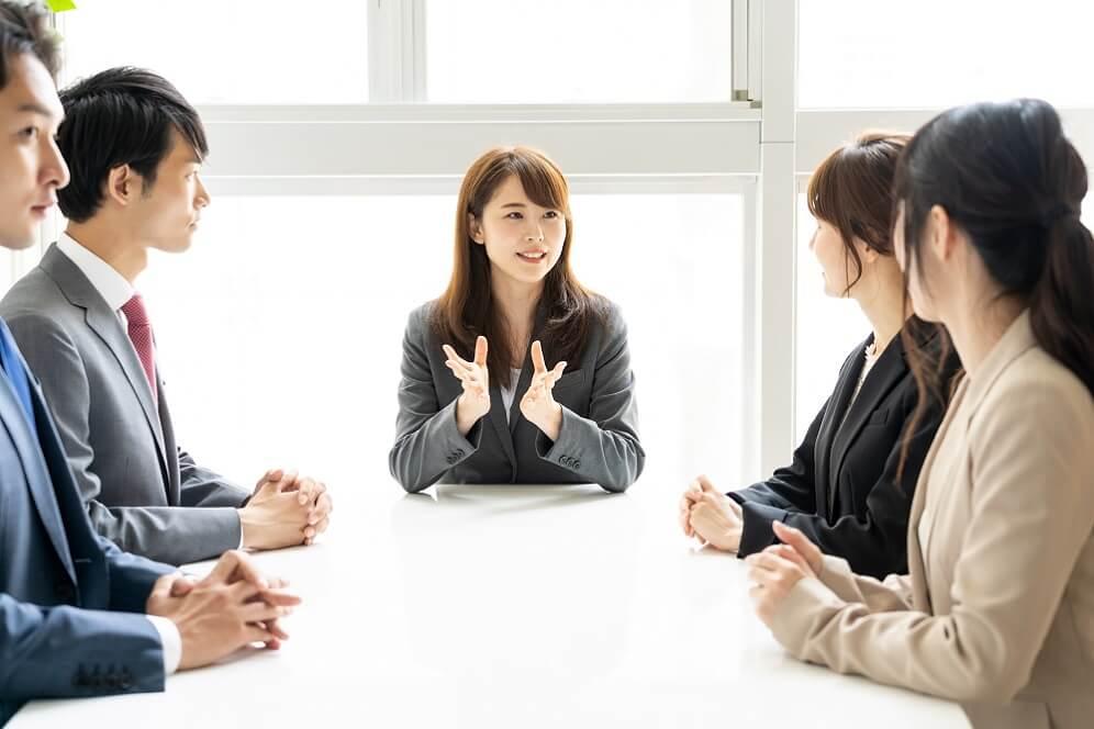 ミーティングでリーダーシップが発揮している社員のイメージ