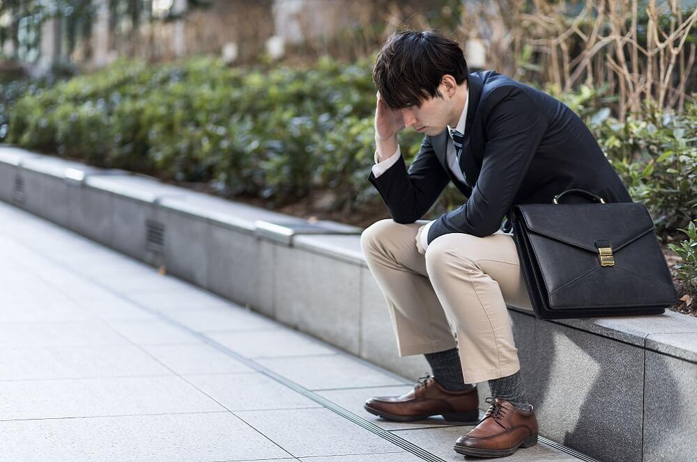 ストレスに蝕まれた従業員のイメージ