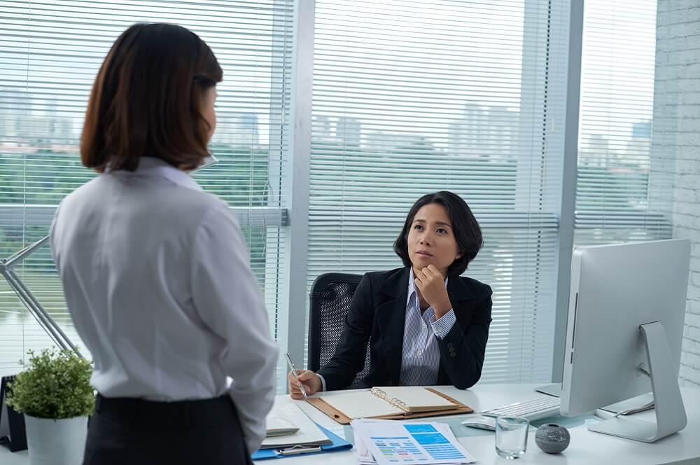 休業手当について相談する従業員のイメージ