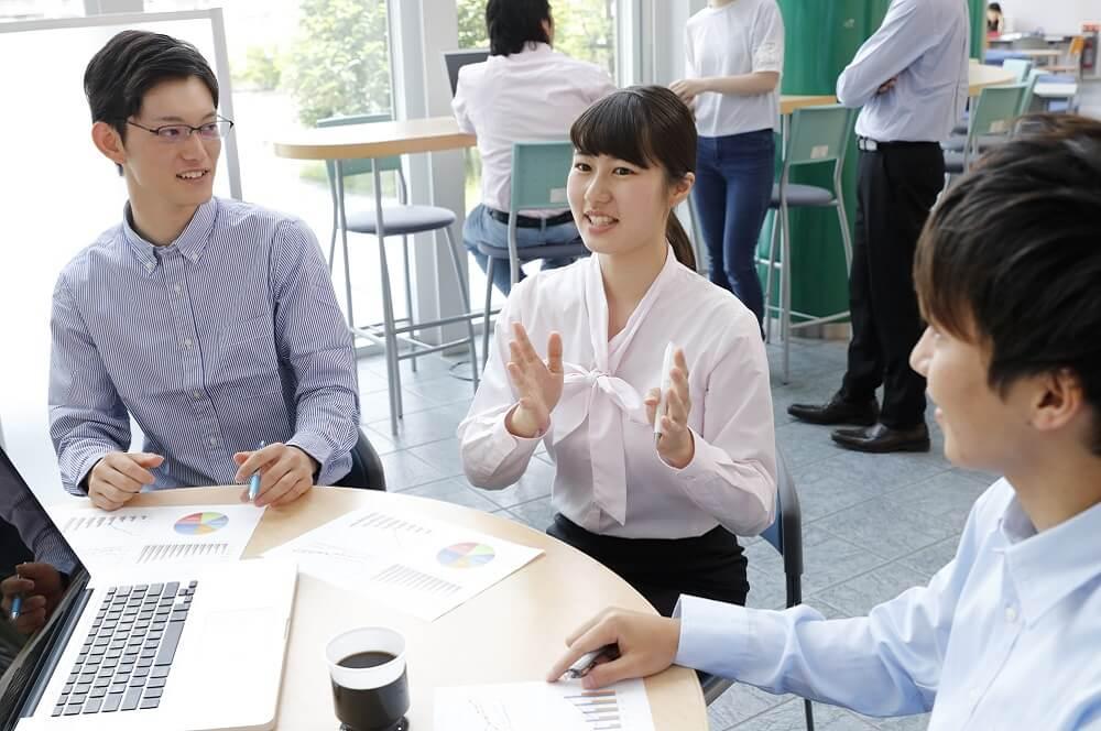 特別休暇の導入でモチベーション高く働く社員のイメージ